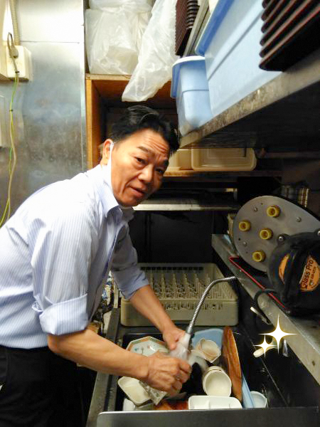 食器を洗う営業部佐藤